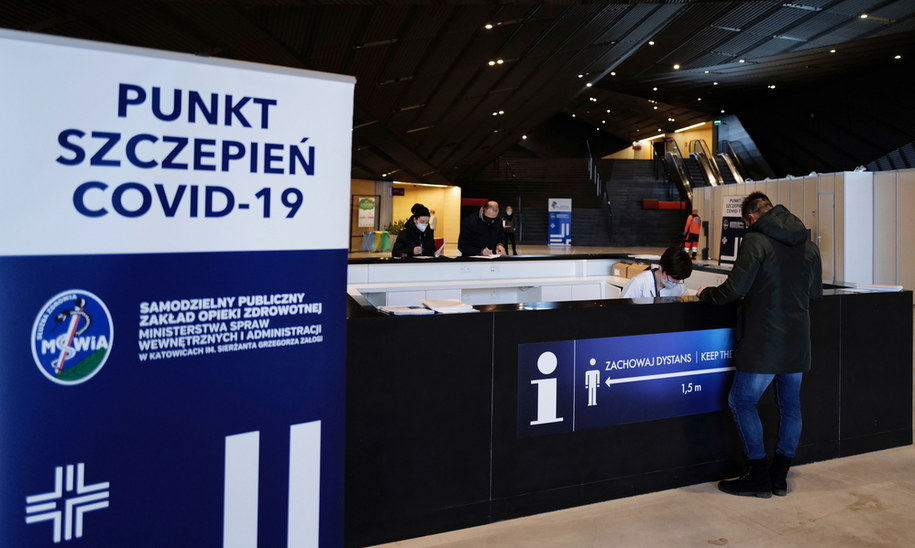 Szczepienia personelu szpitala tymczasowego w Międzynarodowym Centrum Kongresowym w Katowicach / Andrzej Grygiel    /PAP