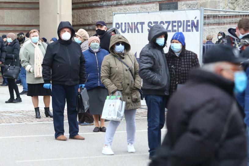 Szczepienia przeciwko COVID-19. Kolejka do punktu na Stadionie Narodowym /Tomasz Jastrzębowski /Reporter