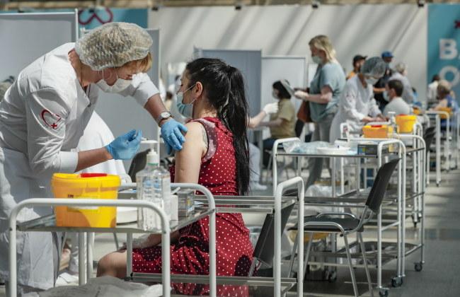 Szczepienia przeciwko COVID-19 /YURI KOCHETKOV /PAP/EPA