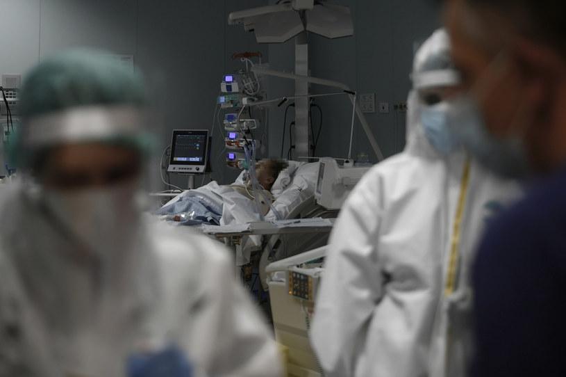 Szczepienia przeciwko koronawirusowi rozpoczną się w połowie grudnia, zarówno w USA, jak i we Włoszech - ogłosił Fauci /FILIPPO MONTEFORTE / AFP /AFP