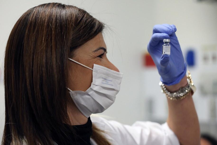 Szczepienia przeciwko koronawirusowi ruszyły już w Izraelu /ABIR SULTAN /PAP/EPA