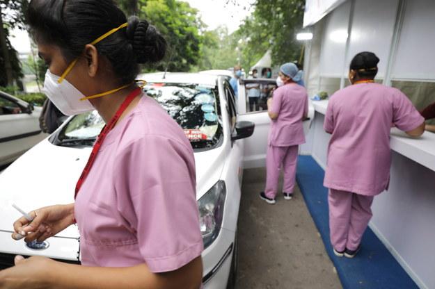 Szczepienia w Indiach /PIYAL ADHIKARY    /PAP/EPA