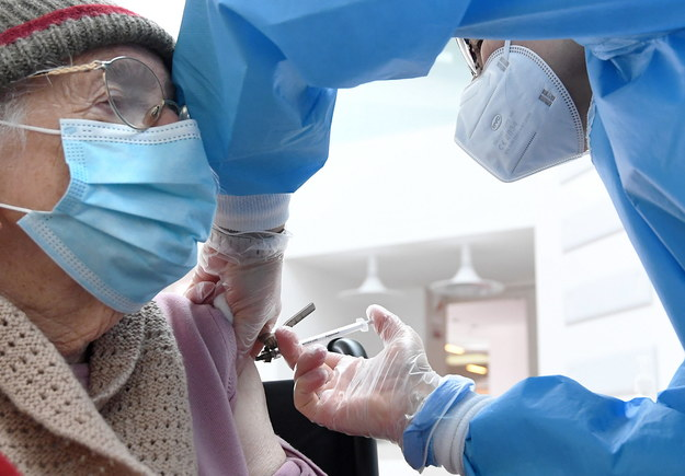 Szczepienia w Polsce rozpoczęły się pod koniec 2020 roku /DANIEL DAL ZENNARO  /PAP/EPA
