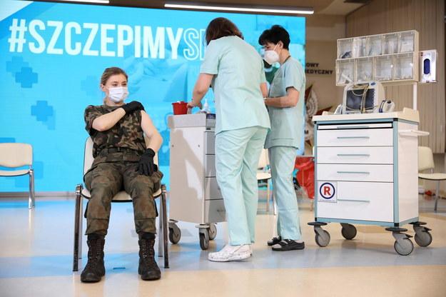Szczepienia żołnierzy Wojska Polskiego ruszyły w Wojskowym Instytucie Medycznym w Warszawie / Leszek Szymański    /PAP