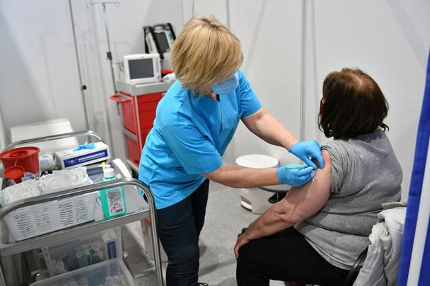 Szczepienie pacjentów w punkcie szczepień powszechnych otwartym w Centrum Sportowym Gdańskiego Uniwersytetu Medycznego / Adam Warżawa    /PAP