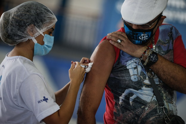 """Masowe szczepienia w firmach """"najdalej 10 maja"""". Będzie dzień wolny na szczepienie?"""