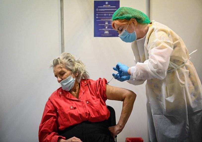 Szczepienie przeciw COVID-19 /DANIEL MIHAILESCU /AFP