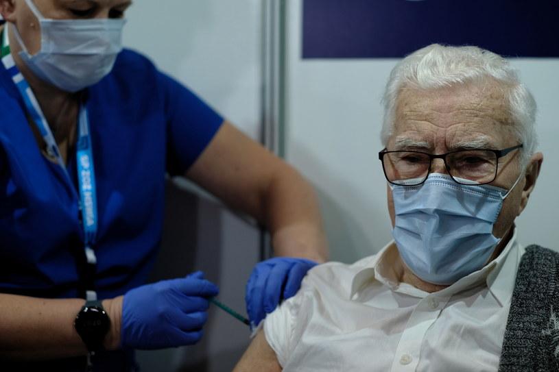 Szczepienie Włodzimierza Czechowskiego w szpitalu tymczasowym w Międzynarodowym Centrum Kongresowym w Katowicach / Andrzej Grygiel    /PAP