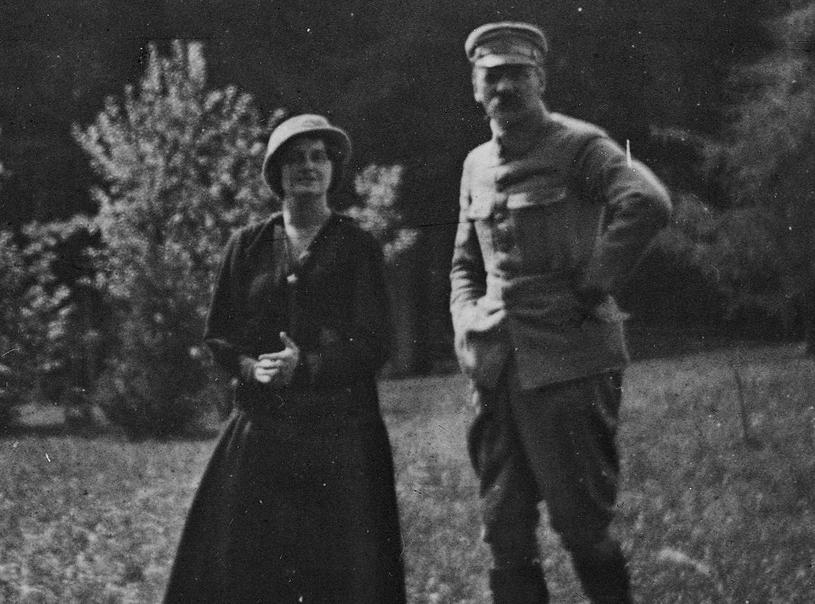 Szczerbińska za swoją niepodległościową działalność w POW została aresztowana przez Niemców i trafiła do obozu w Szczypiornie. Na zdjęciu razem z Józefem Piłsudskim w czasie pobytu w Zakopanem. 1916 rok (domena publiczna) /Ciekawostki Historyczne