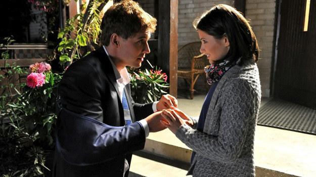 Szczęśliwa Kasia włoży pierścionek na palec i zacznie całować Marcina po poobijanej twarzy. /Agencja W. Impact
