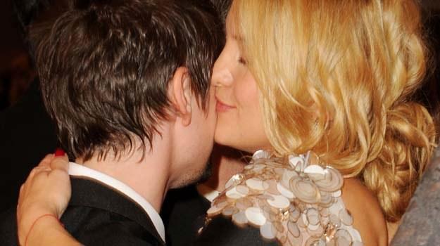 Szczęśliwa Kate Hudson obejmuje Matta Bellamy'ego - fot. Jason Merritt /Getty Images/Flash Press Media