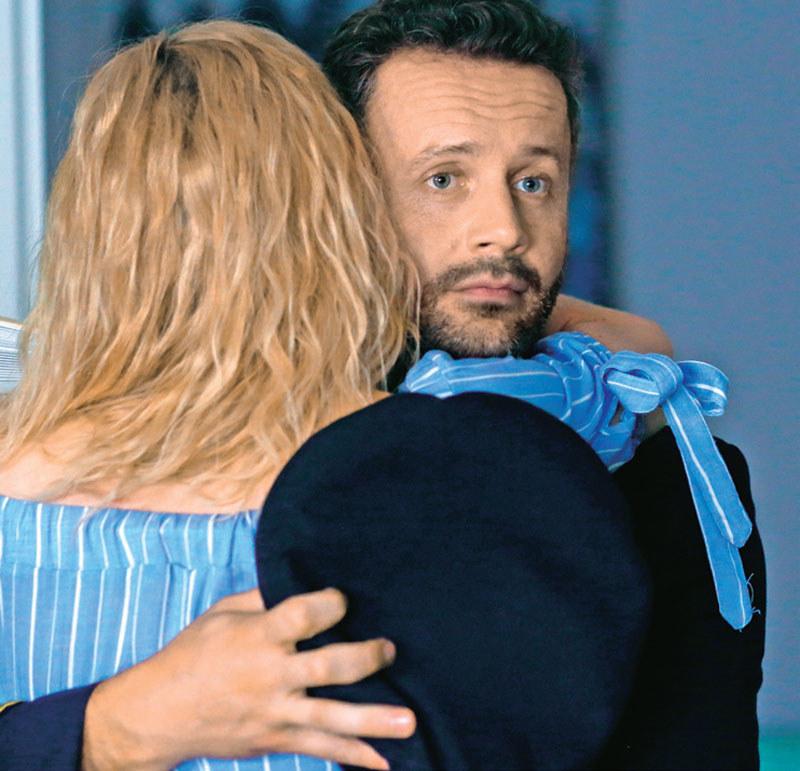 Szczęśliwa Sylwia rzuci się w ramiona zaskoczoemu Mariuszowi (Przemysław Cypryański) /Świat Seriali