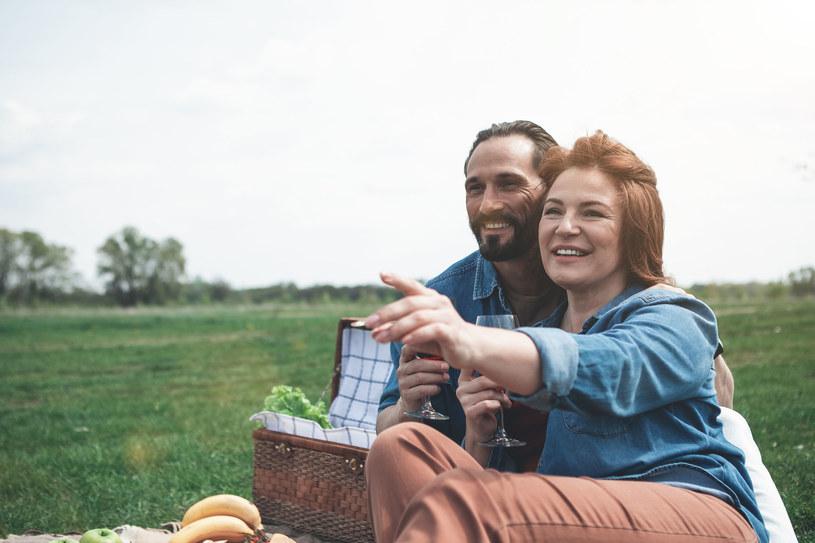 Szczęśliwy związek można stworzyć niezależnie od wieku /123RF/PICSEL
