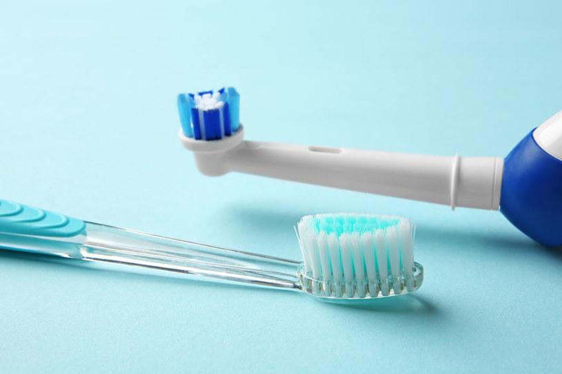 Szczoteczki do zębów muszą być wymieniane regularnie /123RF/PICSEL