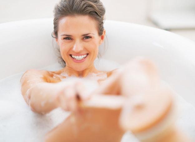 Szczotka do mycia wykonana jest zazwyczaj z naturalnego, dość miękkiego włosia /123RF/PICSEL