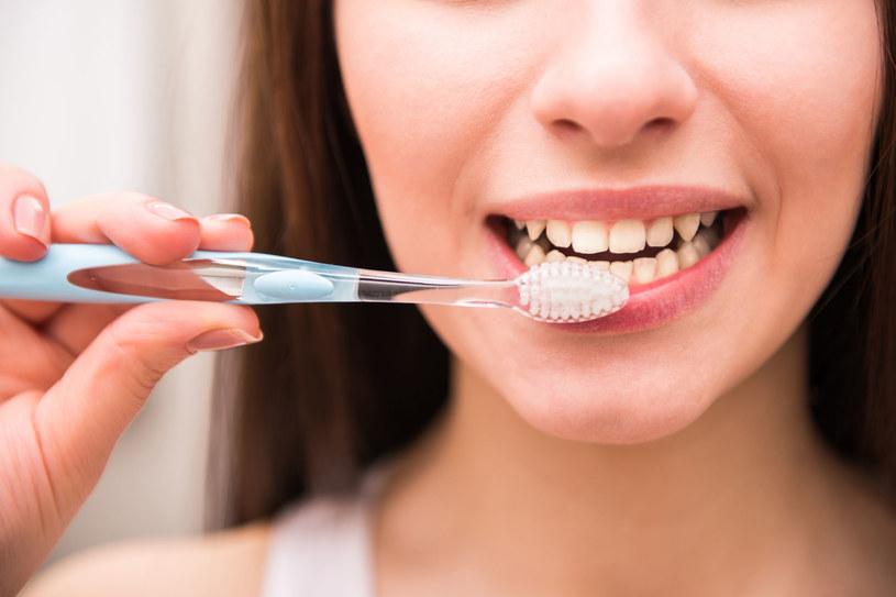 Szczotkowania na sucho nie należy traktować jako zamiennika tradycyjnego mycia zębów /123RF/PICSEL