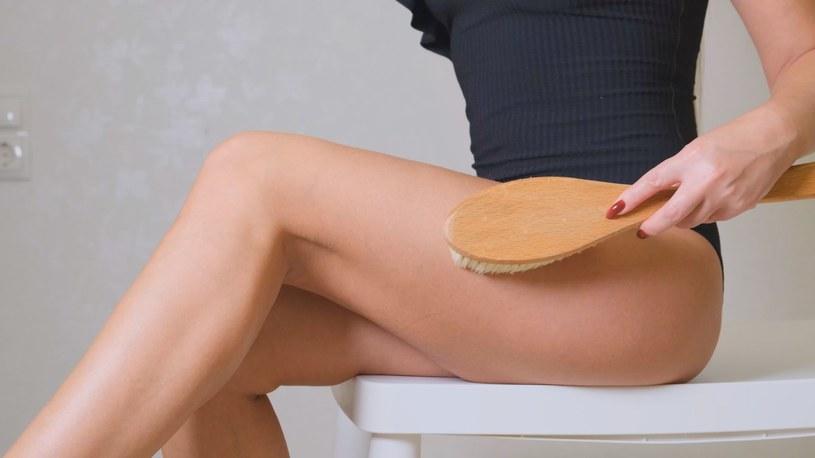 Szczotkowanie ciała wygładza, ujędrnia oraz pomaga pozbyć się cellulitu /123RF/PICSEL