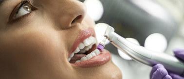 Szczotkowanie to za mało. Czyścić zęby trzeba też u dentysty