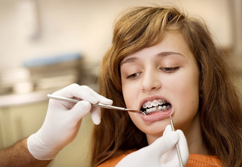 Szczotkowanie zębów trzy razy dziennie w zupełności powinno wystarczyć /123RF/PICSEL