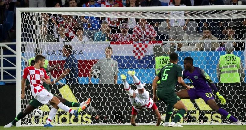 """""""Szczupak"""" Mario Mandżukicia, piłka odbija się od nogi Oghenekaro Etebo i wpada do nigeryjskiej bramki /PAP/EPA"""