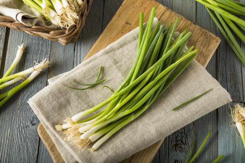 Szczypiorek i zielona cebulka są często traktowane wyłącznie jako dekoracja potraw. To błąd! /123RF/PICSEL
