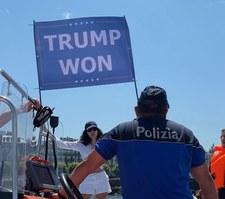 """Szczyt Biden-Putin. Siostrzenica Osamy Bin Ladena wymachiwała flagą z napisem """"Trump wygrał"""""""
