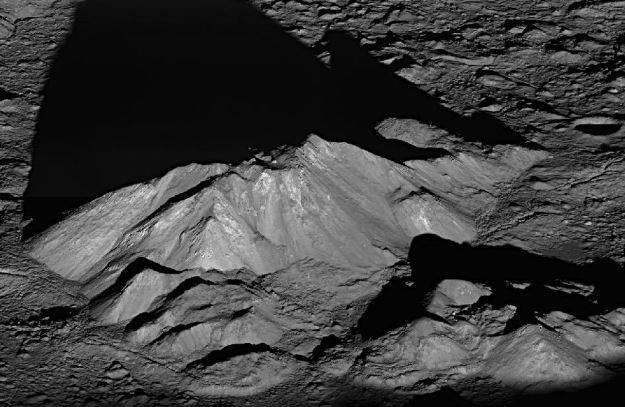 Szczyt krateru Tycho.       Fot. NASA /materiały prasowe