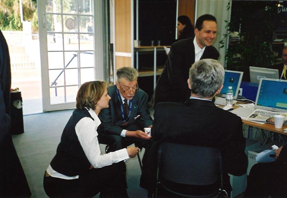 szczyt UE w Atenach podczas którego został podpisany Traktat Akcesyjny, na zdjęciu Katarzyna Szymańska – Borginon RMF FM rozmawia z Janem Kułakowskim, Wojciech Lubowiecki BBC – polska sekcja, tyłem – Jan Truszczyński, drugi negocjator członkowstwa Polski w UE.
