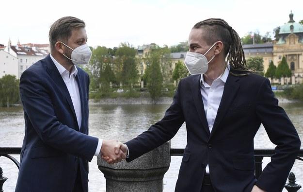 Szef Burmistrzów i Niezależnych Vit Rakusan oraz szef Czeskiej Partii Piratów Ivan Bartosz /Michaela Rihova /PAP/EPA