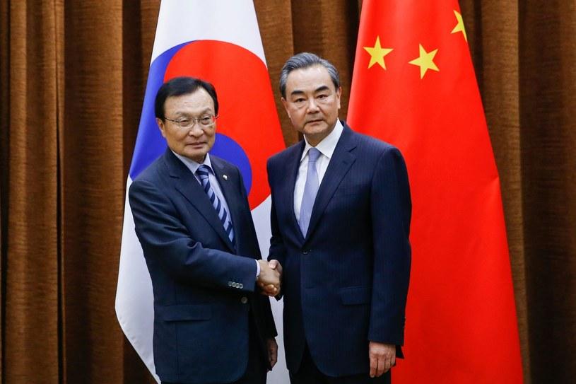 Szef chińskiej dyplomacji Wang Yi oraz premier Korei Płd. Lee Hae-chan /THOMAS PETER /East News