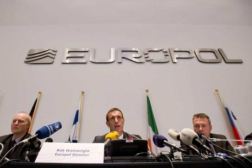 Szef Europolu Rob Wainwright (w środku) /AFP