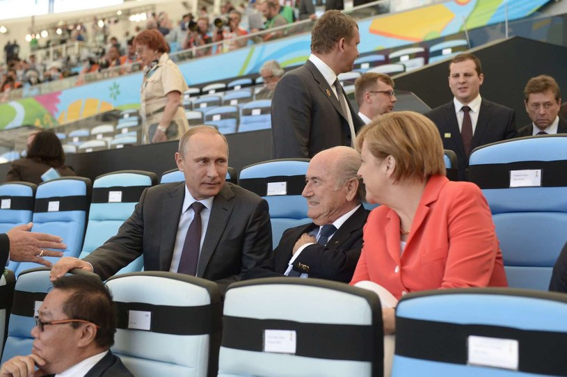 Szef FIFA Sepp Blatter (w środku) w towarzystwie prezydenta Rosji Władimira Putina i kanclerz Niemiec Angeli Merkel /AFP