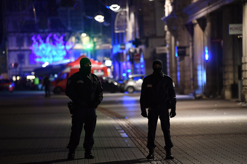 Szef francuskiego MSW zapowiedział, że Francja podnosi poziom zagrożenia bezpieczeństwa /Patrick Seeger  /PAP/EPA
