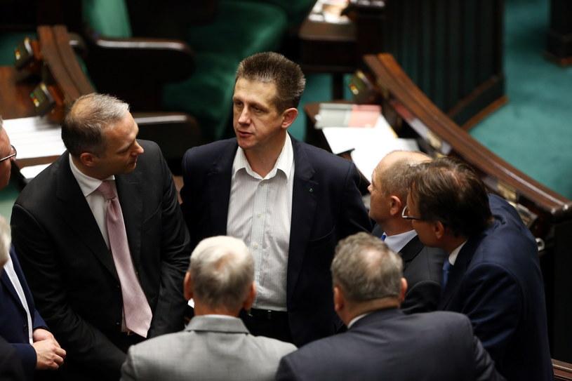 Szef klubu parlamentarnego ludowców Jan Bury w otoczeniu polityków w przerwie posiedzenia Sejmu /Tomasz Gzell /PAP