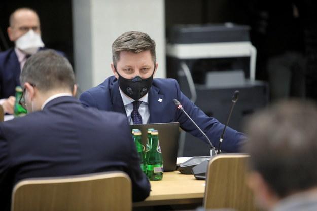 Szef KPRM Michał Dworczyk podczas posiedzenia sejmowej Komisji Zdrowia /Wojciech Olkuśnik /PAP