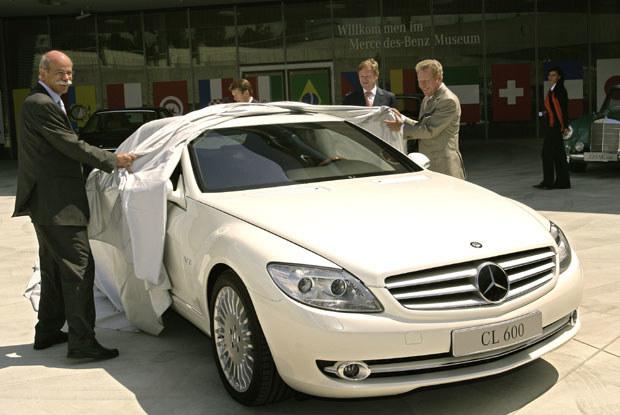 Szef Mercedesa Dieter Zetsche (z lewej) prezentuje nową CL /INTERIA.PL