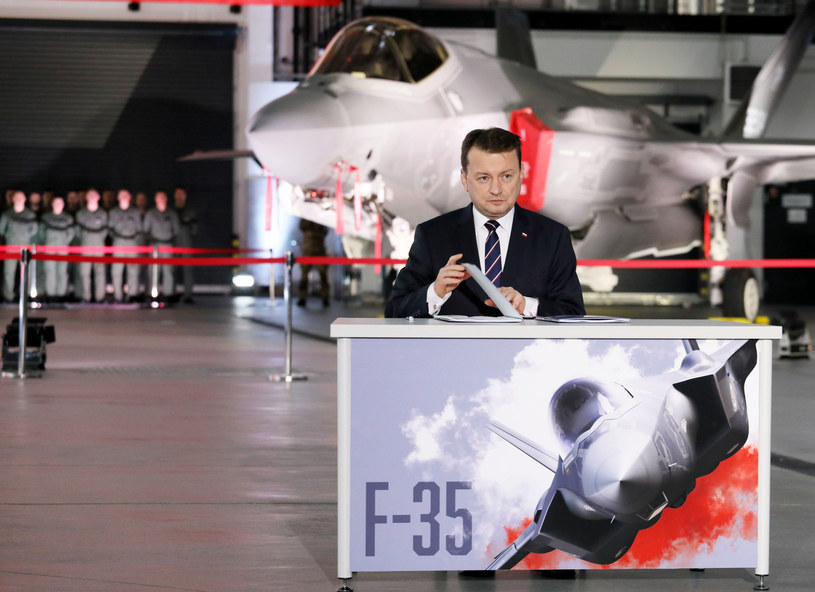 Szef MON Mariusz Błaszczak podczas podpisania umowy zakupu przez Polskę od USA 32 samolotów bojowych / Jakub Kamiński    /East News