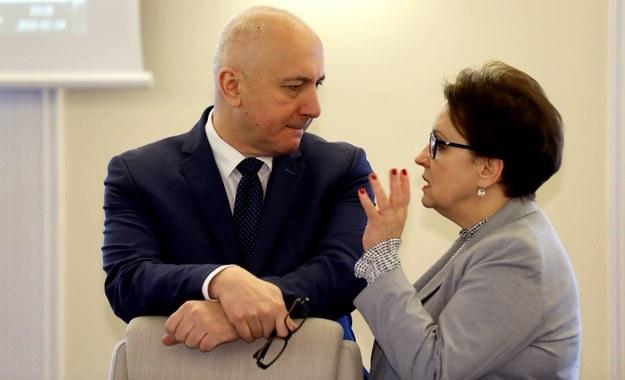 Szef MSWiA Joachim Brudziński (L) oraz minister edukacji Anna Zalewska (P) /Rafał Guz /PAP