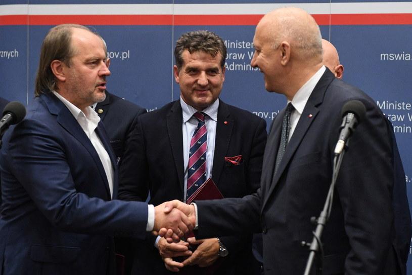 Szef MSWiA Joachim Brudziński oraz przewodniczący Zarządu Głównego NSZZ Policjantów Rafał Jankowski /Radek Pietruszka /PAP