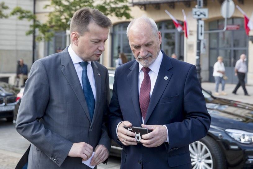 Szef MSWiA Mariusz Błaszczak oraz szef MON Antoni Macierewicz /Andrzej Iwańczuk/Reporter /Reporter