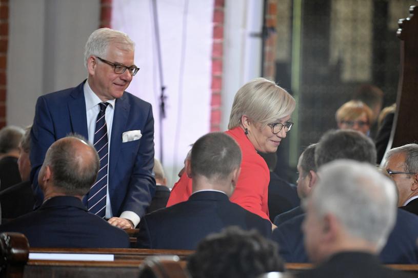 Szef MSZ Jacek Czaputowicz i prezes TK Julia Przyłębska podczas mszy w archikatedrze / Marcin Obara  /PAP