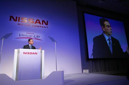 Szef Nissana Carlos Ghosn informuje o wynikach firmy /