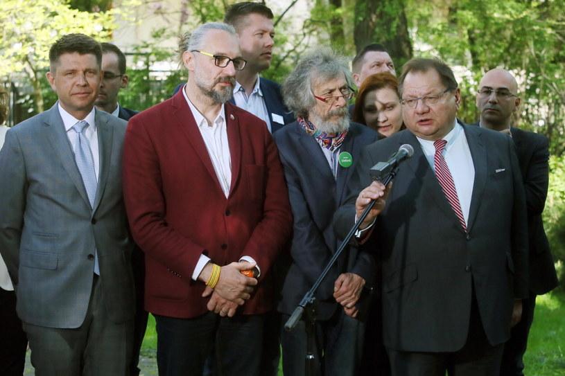 Szef Nowoczesnej Ryszard Petru (L), lider KOD Mateusz Kijowski (2L), Marek Kossakowski (C) z partii Zieloni, Paulina Piechna-Więckiewicz (3P) z SLD, polityk Ryszard Kalisz (2P) oraz koordynator KOD na Pomorzu Radomir Szumełda (P) /Tomasz Gzell /PAP