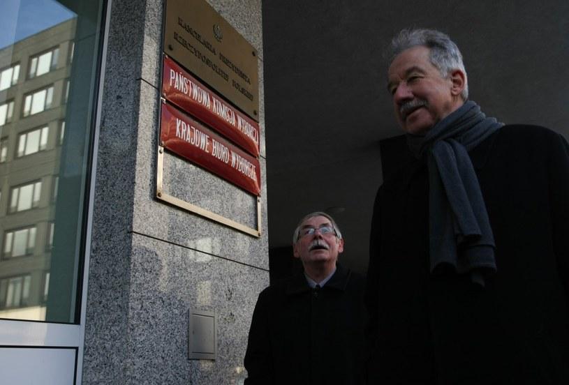 Szef PKW Zbigniew Hermeliński (z prawej) /Michał Dyjuk /Reporter