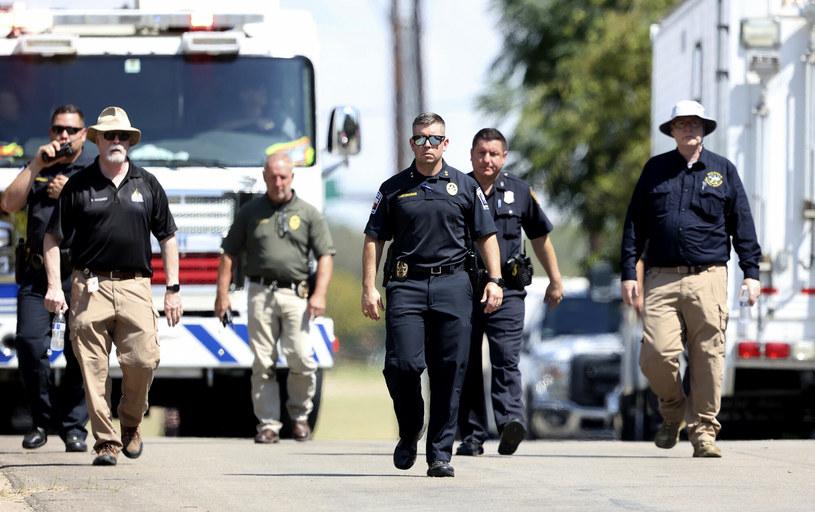 Szef policji w Lake Worth J.T. Manoushagian, w centrum, idzie Foster Drive w pobliżu miejsca, w którym w niedzielę, 19 września 2021 r., w Lake Worth w Teksasie rozbił się wojskowy odrzutowiec szkoleniowy. /Star-Telegram/Associated Press /East News