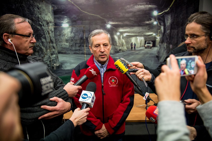 Szef ratowników górniczych ZG Rudna Marek Kowalik podczas konferencji prasowej w kopalni Rudna w Polkowicach /Maciej Kulczyński /PAP