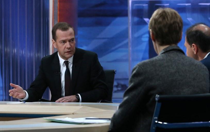 Szef rosyjskiego rządu Dmitrij Miedwiediew odpowiada na pytania dziennikarzy /AFP