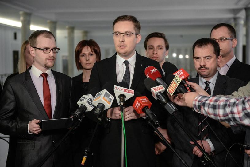 Szef Ruchu Narodowego Robert Winnicki (C), wiceprezes RP Artur Zawisza (P) oraz członek zarządu Ruchu Narodowego Jakub Kalus (L), podczas konferencji prasowej, po posiedzeniu Rady Politycznej RN /Jakub Kamiński   /PAP