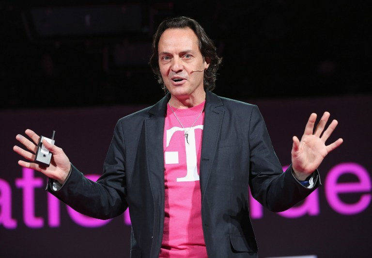 """Szef T-Mobile USA, John Legere, podczas konferencji prasowej zapowiadającej nowe """"umowy"""" obowiązujące w amerykańskim T-Mobile /AFP"""