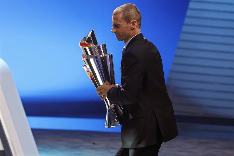 Szef UEFA Aleksander Czeferin z trofeum dla zwycięzcy Ligi Narodów /PAP/EPA